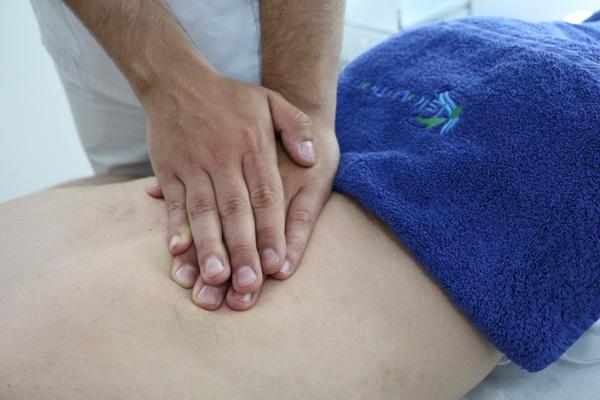Masaje para la lumbalgia. Fuente: www.fisiolution.com