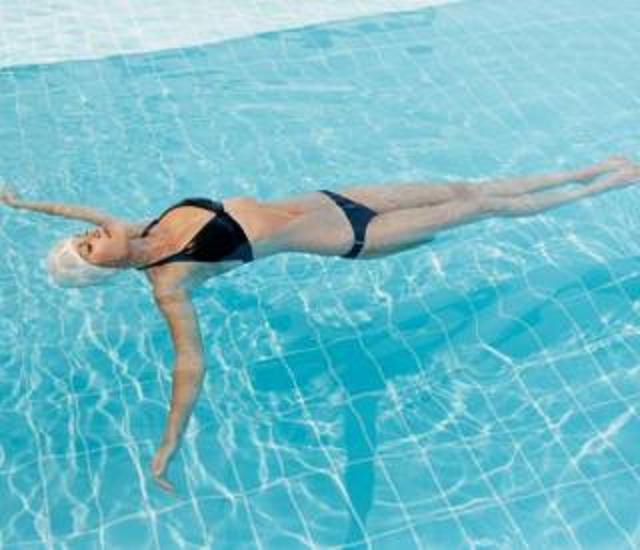 ejercicios de natacion para personas con problemas de columna